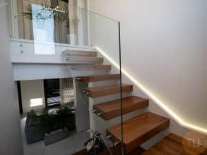 Escalera de acero inoxidable y madera